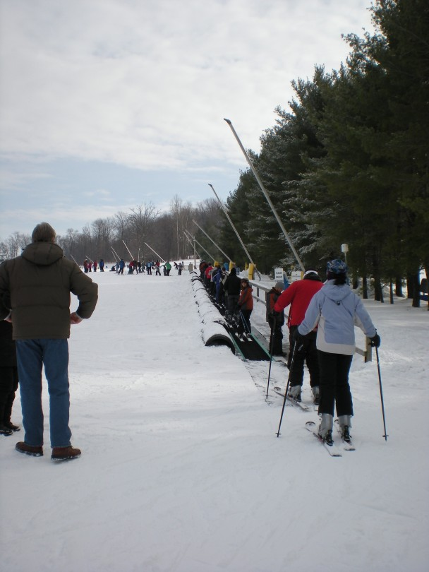 A esteira para quem vai aprender a esquiar e as máquinas de fazer neve.