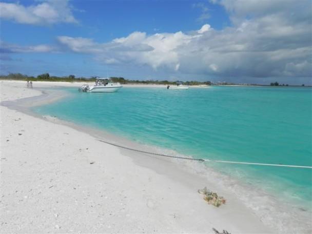 areia branca e mar azul
