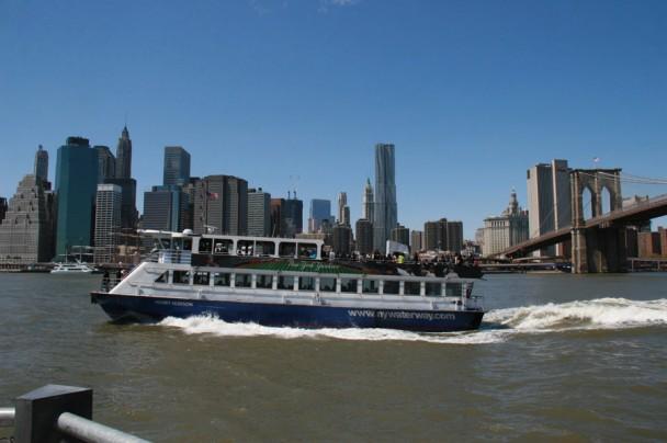 Barco com a cidade ao fundo