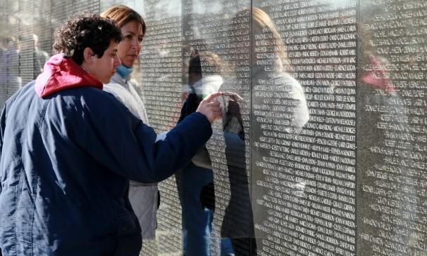 No muro do Memorial ao Vietnam