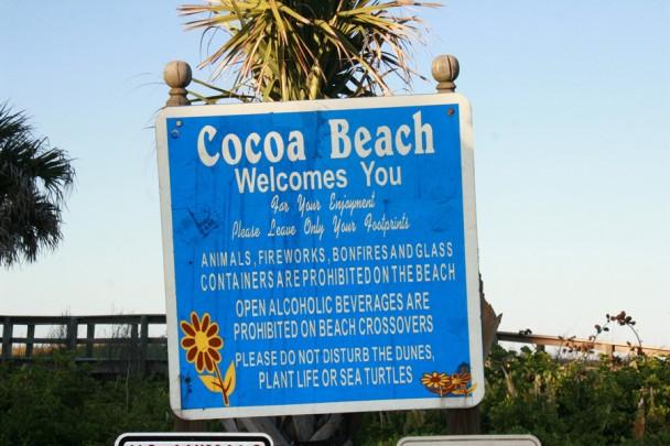Placa na entrada de Cocoa Beach