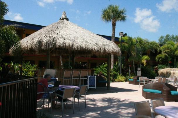 O bar na beira da piscina