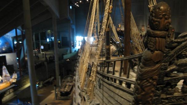 Detalhe do navio Vasa e o museu ao fundo