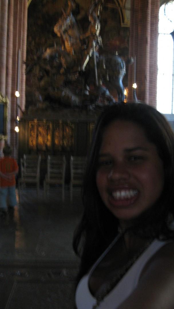 eu na Storkyrkan com a escultura de São Jorge ao fundo
