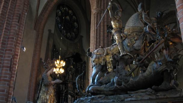 Detalhe da escultura de São Jorge e o dragão.