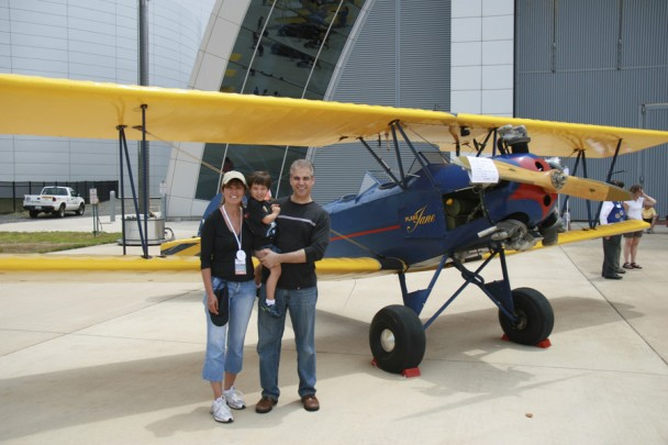 A familia em frente ao Plane Jane