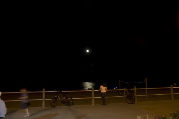 Lua iluminando o mar
