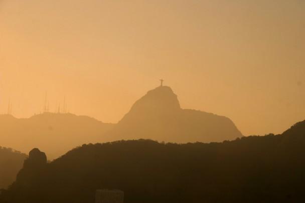 O sol se pondo e o Cristo do lado
