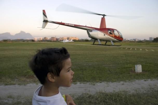 o D. vendo o helicoptero voando no fundo