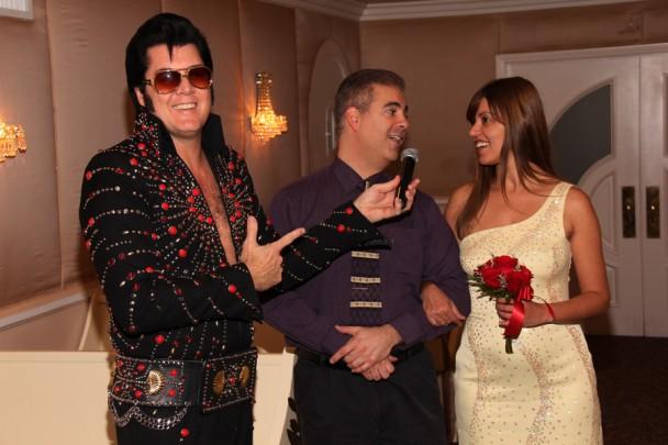 O marido cantando pra mim com o Elvis