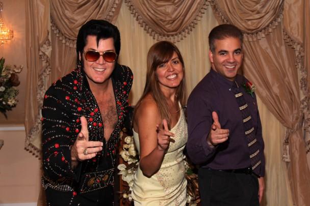 Posando com o Elvis no fim da cerimônia