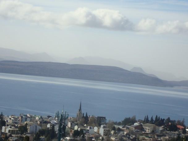 Bariloche_vista_do_alto_-_a_cidade,_o_lago_Nahuel_Huapi_e_a_Cordilheira_dos_Andes