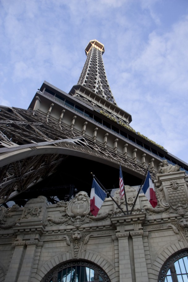 Eiffel_tower_Vegas_closeup
