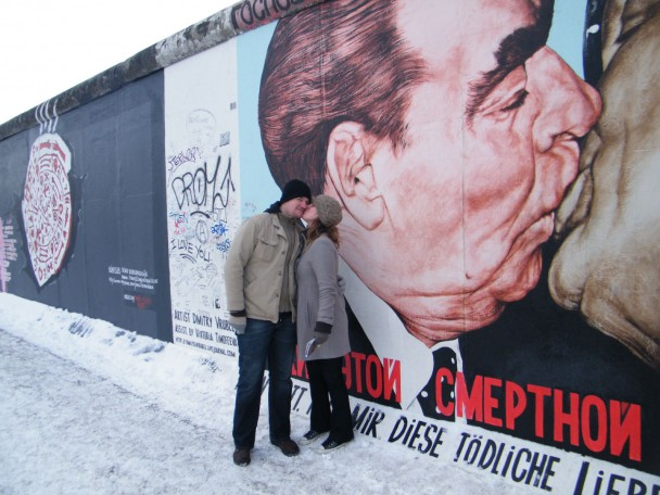 Heloisa e Martin no Muro de Berlim East Side Gallery