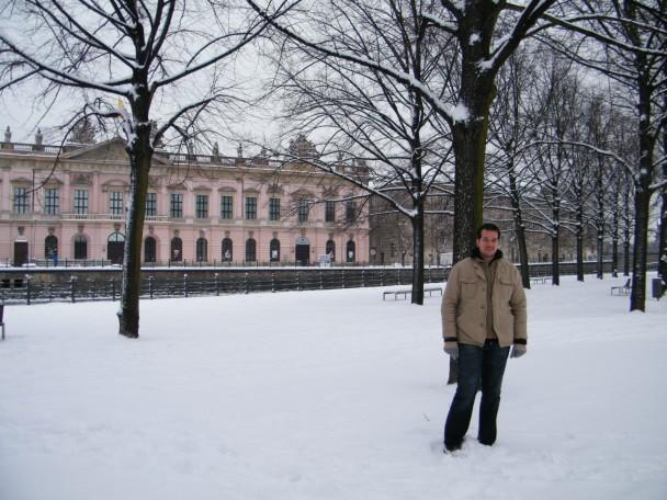 Martin na praça em frente a catedral