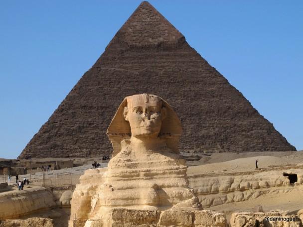 2.Esfinge-e-piramide-de-Kefren-ao-fundo-608x456