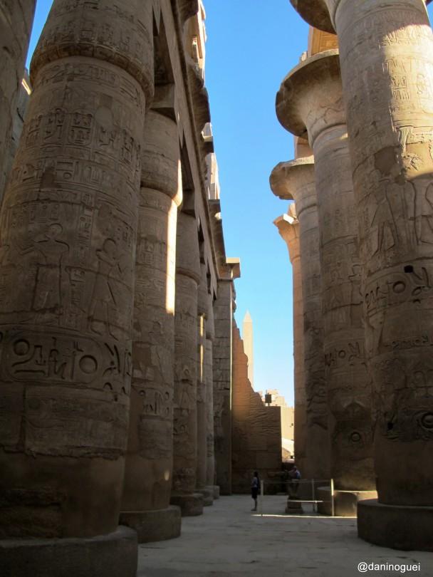 Detalhe-da-sala-hipostila-do-templo-de-Karnak-com-suas-gigantescas-colunas