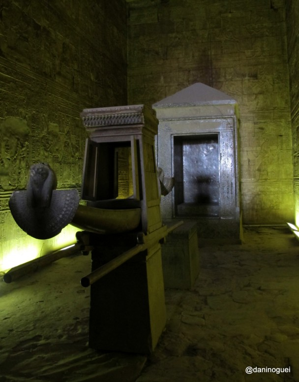 Replica-da-barca-solar-no-templo-de-Horus