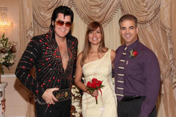 Posando com o Elvis