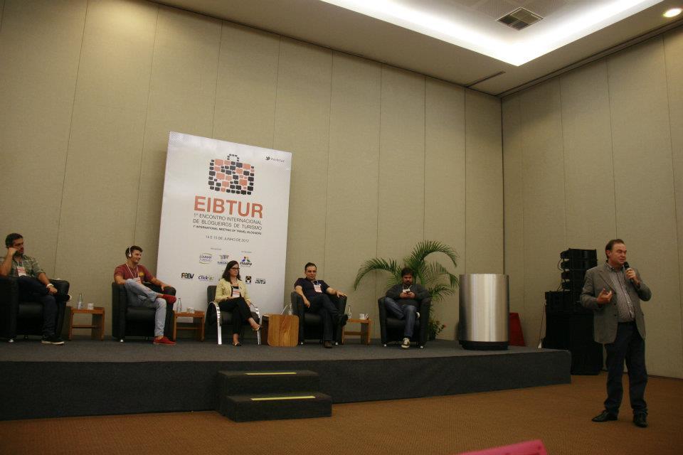 Secretário do Turismo falando aos blogueiros