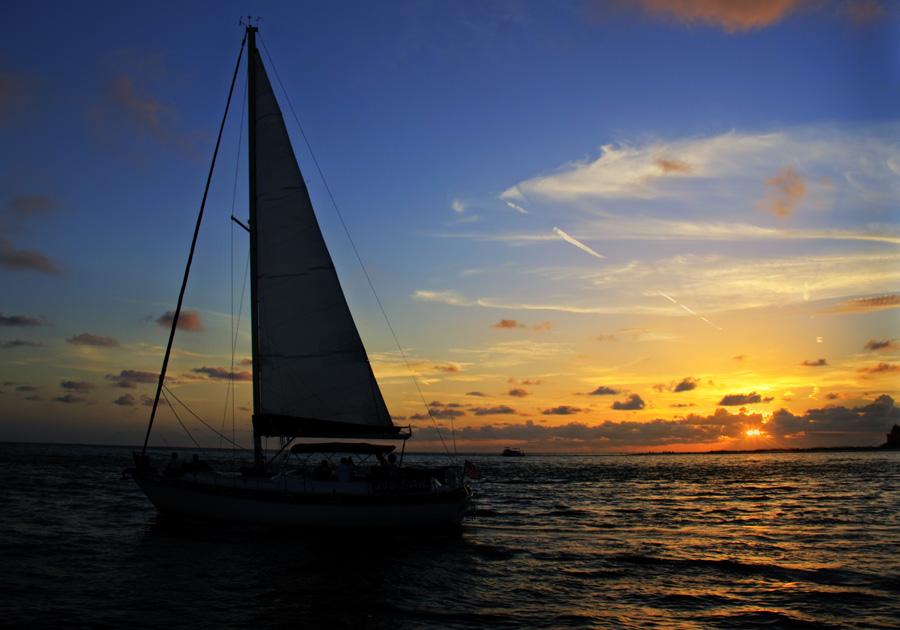Por do Sol com barco na frente
