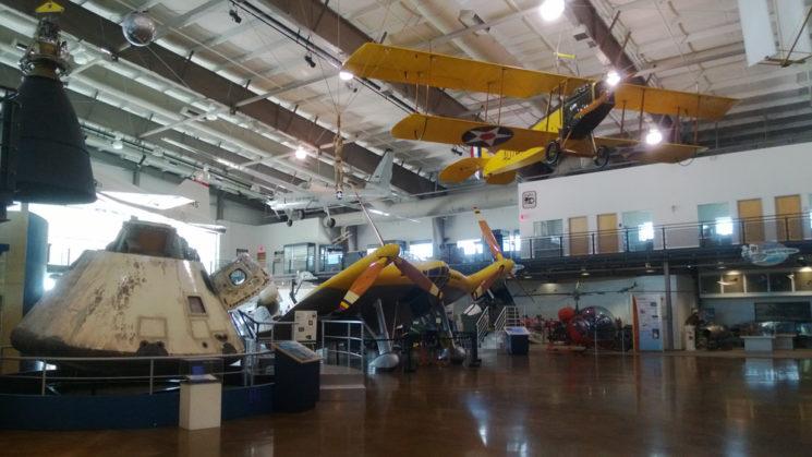 Apollo 7 e alguns dos aviões do Frontiers of Flight Museum