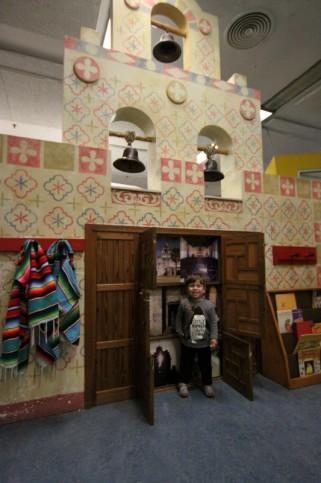 Eric explorando o San Antonio Children's Museum, mudando de nome para DoSeum