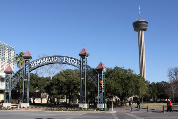 A Tower of the Americas e a entrada do Hemisfair Park