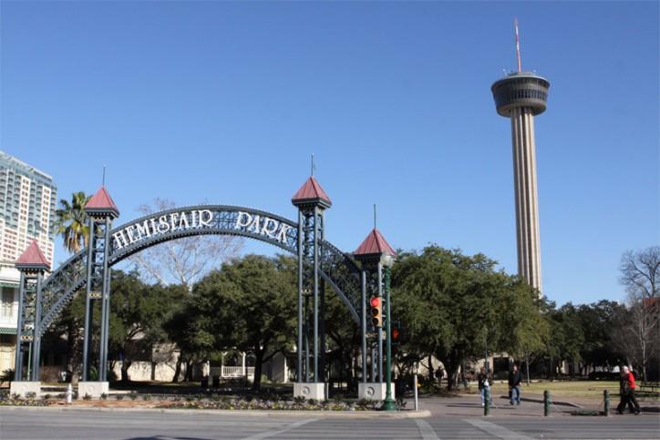 A Tower of the Americas e a entrada do Hemisfair Park