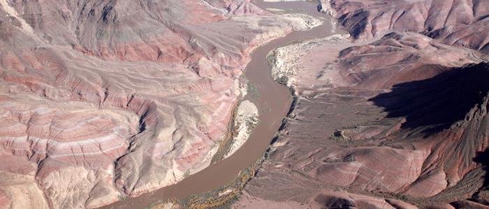 grand canyon de helicoptero, vista do rio colorado