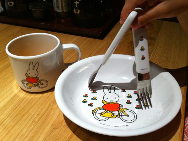 Pratinho, talheres e copo para crianças em Tóquio