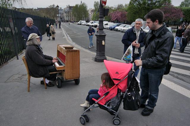 Julia assistindo a uma performance de um artista de rua em Paris