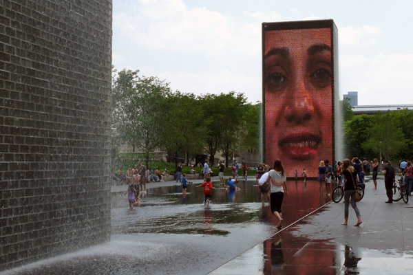 Crown Fountain em um dia quente de maio, com a criançada brincando