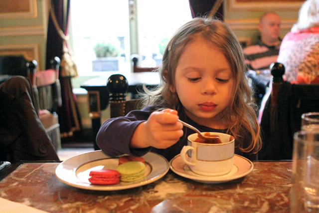 Julia tomando chocolate quente e comendo macarons na Ladurée em Paris