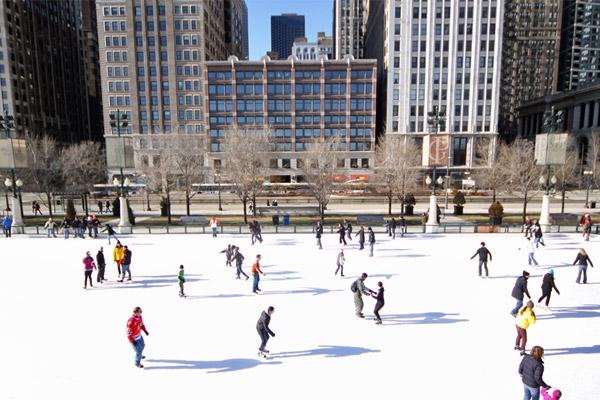 Patinação no gelo no Millenium Park, em janeiro