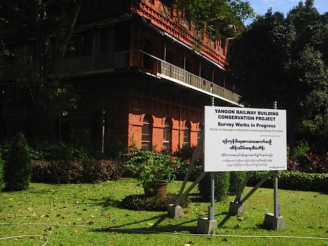 Um dos prédios coloniais em restauração em Yangon, Mianmar