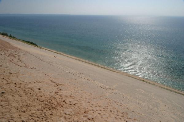 Visual do alto das dunas no Sleeping Bear Dunes, veja as pessoas pequenininhas lá embaixo
