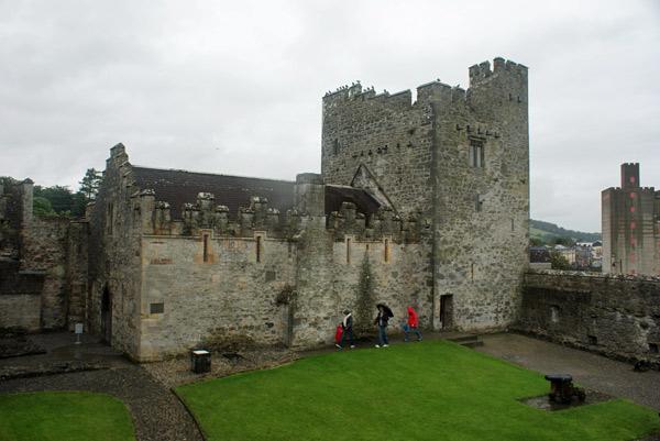 Foto da Lateral do castelo. Veja o tamanho das pessoal em proporção a parede do castelo (Cedida por Raphinadas Blog)