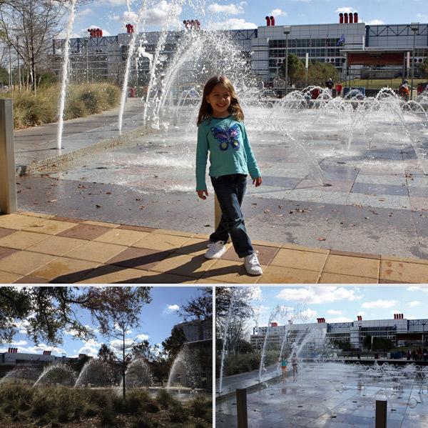 Fonte no parque Discovery Green em Houston, mesmo com 20 graus algumas crianças estavam brincando na água