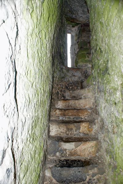 Escadaria no interior do castelo. Veja como é estreita (Cedida por Raphinadas Blog)
