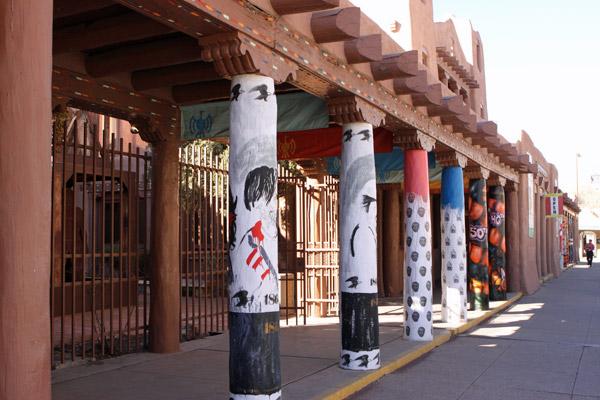 As colunas pintadas do Museum of Contemporary Native Arts em Santa Fé