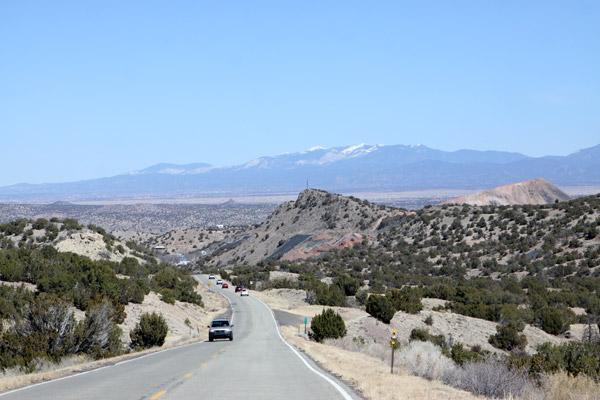 A paisagem árida e as montanhas com neve a caminho de Santa Fé