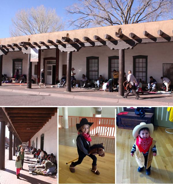 O Palace of the Governors, parte do New Mexico History Museum tem uma área onde as crianças podem brincar de cowboy