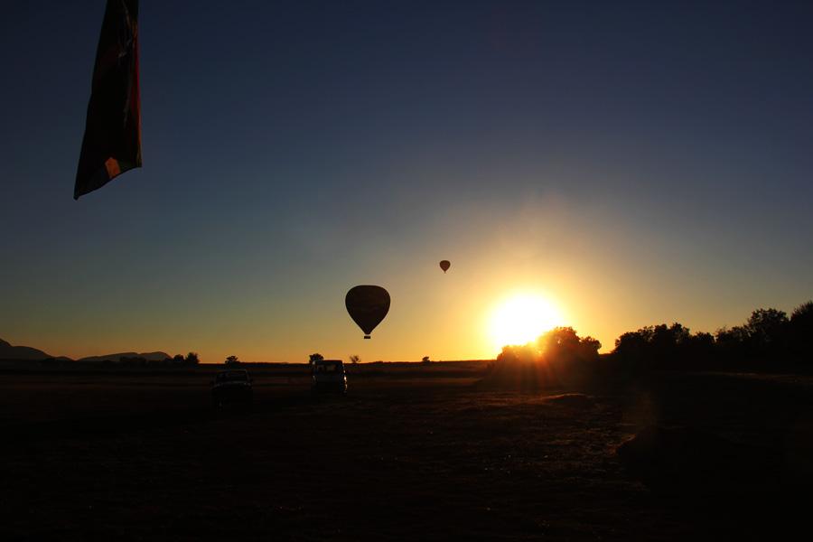 baloes começando a subir e o sol nascendo