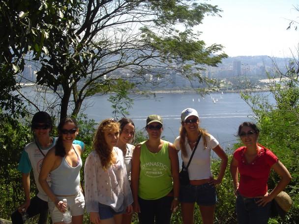 Claudia e a turma subindo a trilha no Morro da Urca