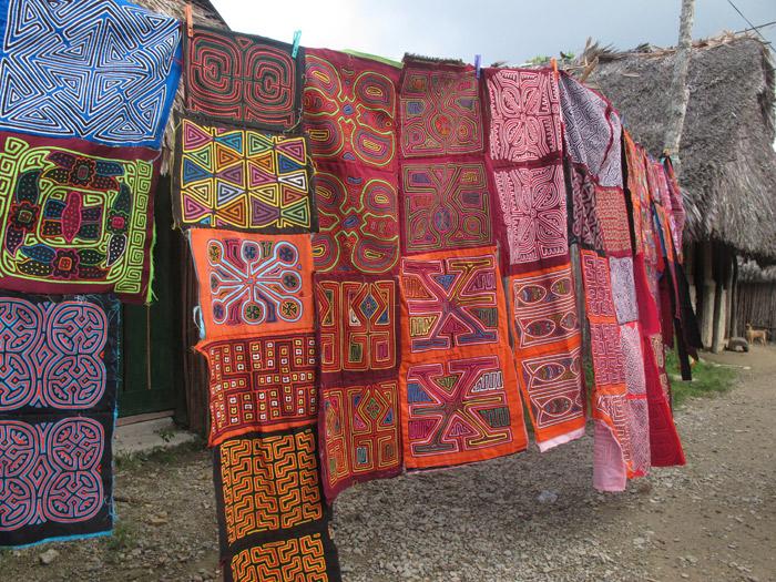Molas são esses bordados coloridos, estas estavam a venda em Playón Chico