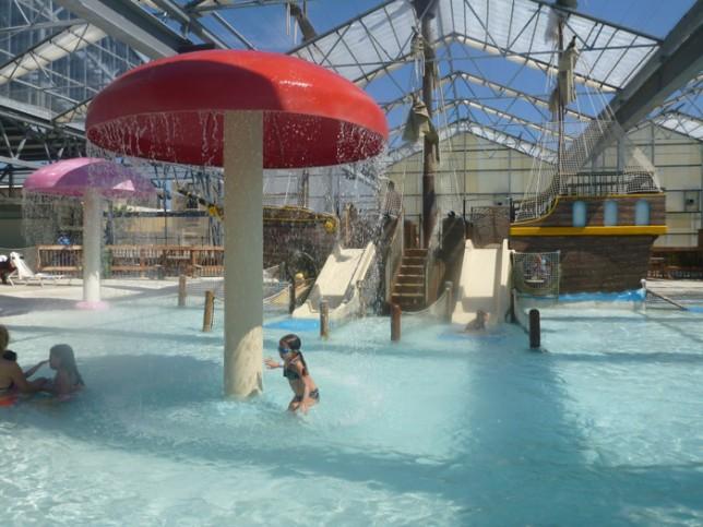 Julia na piscina infantil