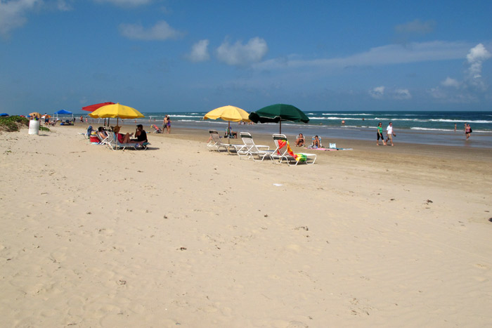 Chegando na praia em frente ao resort