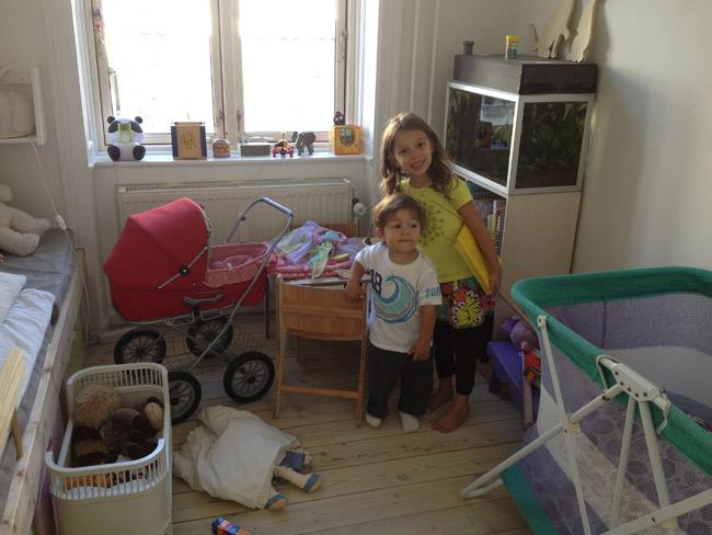 Julia e Eric no apartamento em Copenhague
