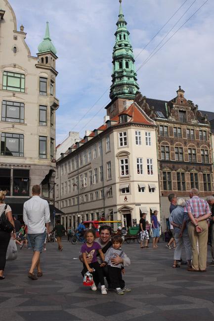 Gabe, Julia e Eric em uma das ruas de pedestres de Copenhague